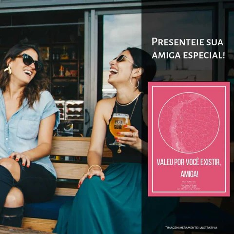 amigas rindo tomando cerveja e pôster do mapa do meu céu em rosa ao lado