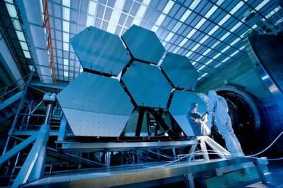 cientista trabalhando em uma base espacial  ilustrando matéria de astronomia e astrologia