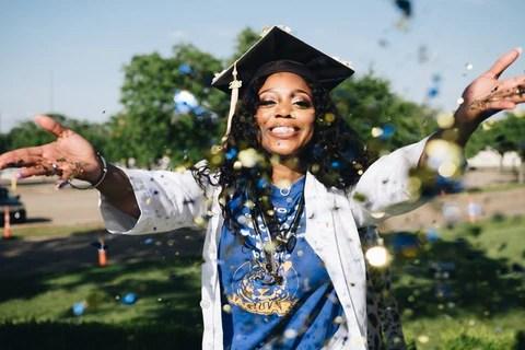 formanda atira confetes feliz com a graduacao