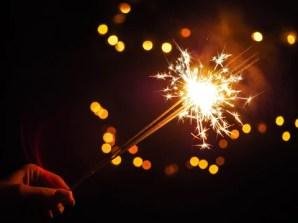 imagem da mão de uma pessoa segurando um estalinho luminoso