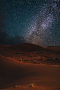 imagem da via lactea atras das dunas do saara
