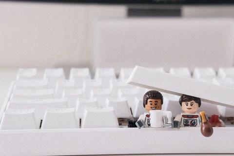 imagem de dois bonecos de lego no teclado de computador
