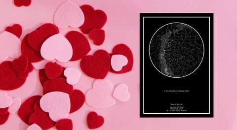 pôster do mapa do meu céu em fundo rosa com corações vermelhos de papel