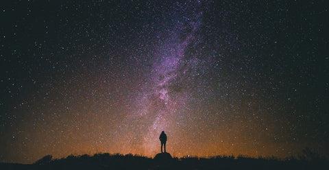 pessoa admira o ceu muito estrelado
