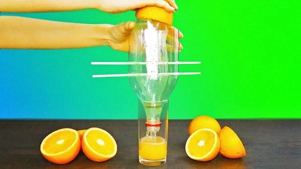 riciclo creativo di una bottiglia di plastica trasformata in spremi agrumi