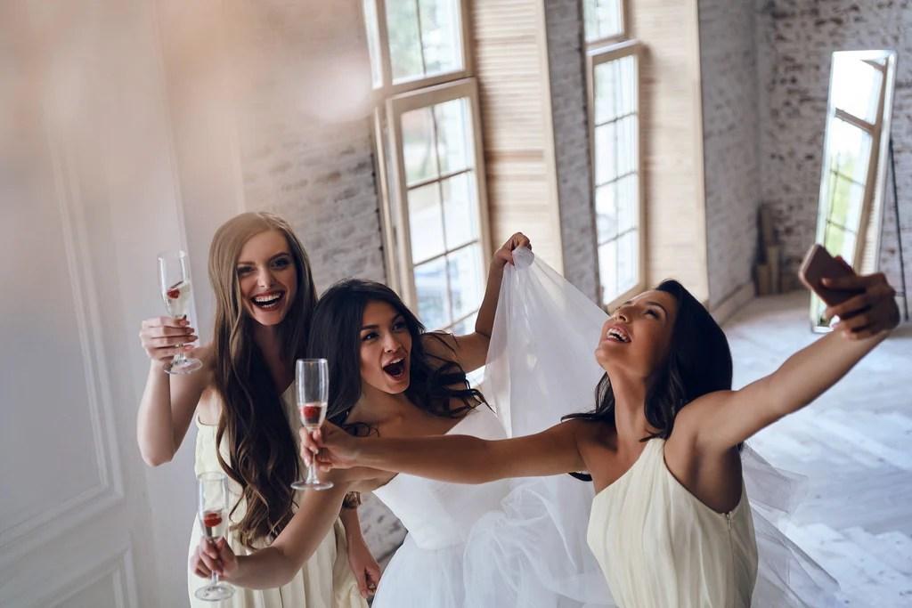 E-wall la mariée s'amuse avec ses demoiselles d'honneur