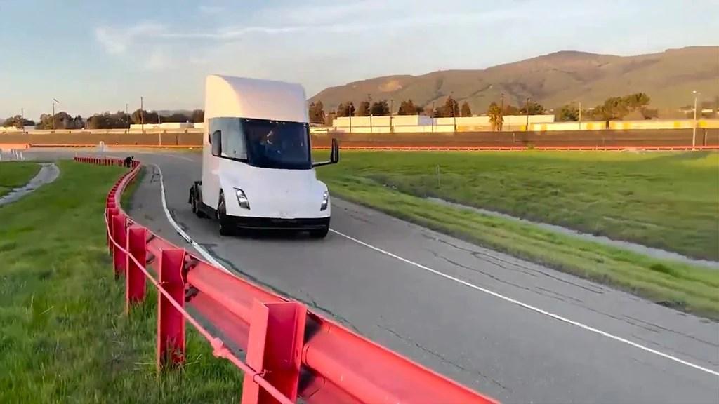 Semirremolque Tesla en la pista de pruebas de la fábrica de Fremont.
