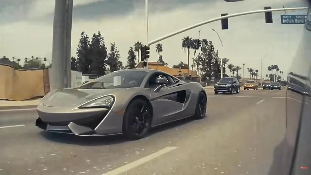 La cámara de repetición lateral de rendimiento Tesla Model 3 muestra el McLaren 570S Street Race Challenger.