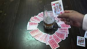 (In 國王, players draw random cards from a ring shaped pile.)