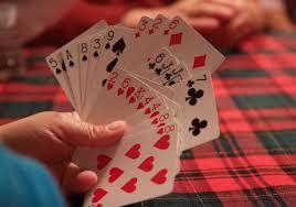 """(在""""我懷疑""""遊戲中,玩家s receive card penalties if caught bluffing or wrongly accusing someone of bluffing)"""