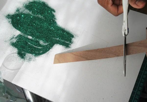 Découpe de la bande de placage de noyer thermocollant