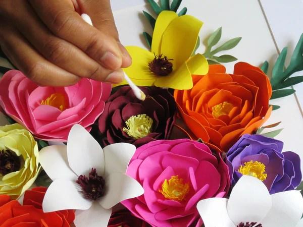 DIY Customisation des fleurs en papier avec de la peinture acrylique dorée