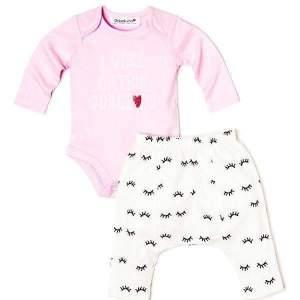"""Set body roz si pantaloni bebe fete: body roz, cu mânecă lungă și capse, mesaj imprimat """"I woke up this gorgeous""""; pantaloni cu model si turul pe rotund. Compoziție: 100% bumbac.Mărimi pentru 0-12 luni."""