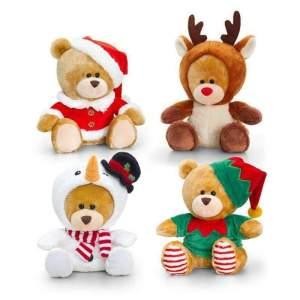 Ursulet Craciun plus, imbrăcat in: Moș Crăciun, Om de Zapada, Ren și Spiriduș. Un cadou în spiritul sărbătorilor de iarnă. Mărime aproximativă: 20 cm. Respectați instrucțiunile de utlizare și siguranță de pe etichetă.