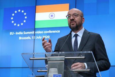 Le président du Conseil européen Charles Michel, Ursula von der Leyen et le Premier ministre indien Narendra Modi sont vus sur le moniteur alors qu'ils participent à un sommet virtuel, Bruxelles, Belgique, 15 juillet 2020 (Photo : Reuters/Yves Herman/Pool).