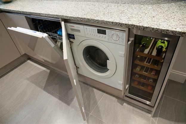 Installation de la machine à laver dans la cuisine