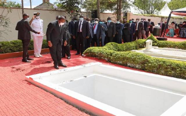 President Uhuru Kenyatta pays his last respects to the late former Cabinet Minister Simeon Nyachae at his gravesite during his burial at his Nyosia home, Kisii County on February 15, 2021. [Photo/Courtesy]