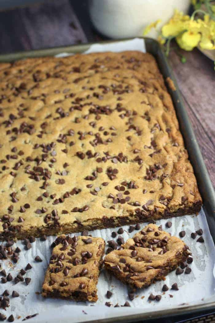 Sheet Pan Perfect Chocolate Chip Cookie Bars #sheetpanrecipes #sheetpandesserts #easy