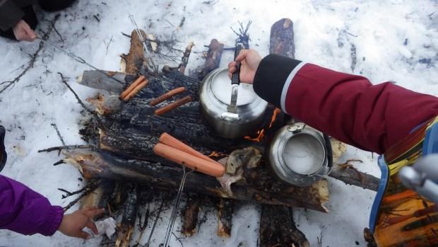 Des saucisses grillées sur le feu, préparé par les guides Inuits