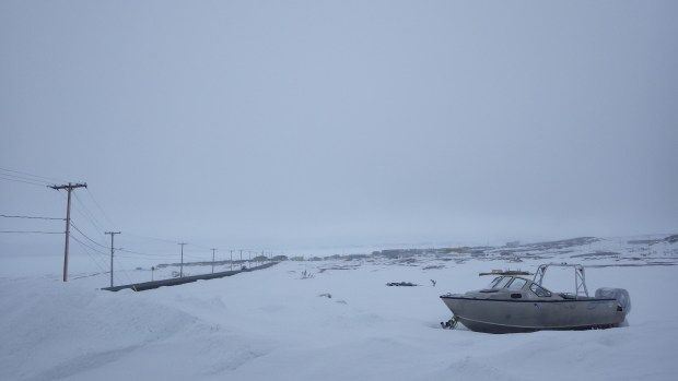 Vue sur la route menant vers le village d'Umiujaq