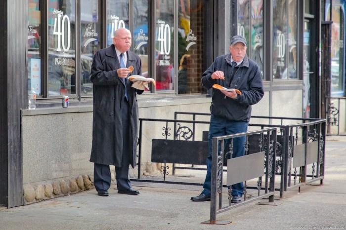 V kafe teperʹ estʹ nelʹza. Vse tolʹko navynos. Poetomu vzal kusok picc i idi ego esʹ na ulicu.