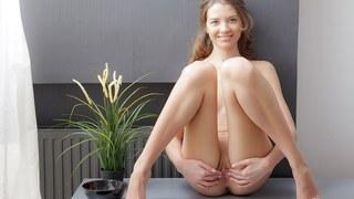 Tini makes her twat orgasmic in art porn video image