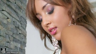 Super seductive Kayla poses on a cam showing her gorgeous_body image