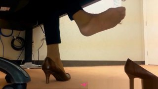 Dangling Foot Fetish - At the office - Vends-ta-culotte image