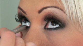 Smoky make up and threesome behind the scene video with_Avril image