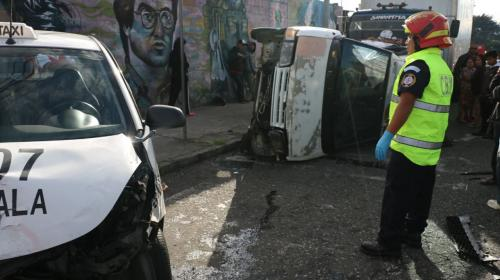 Piloto abandona vehículo volcado tras provocar triple accidente
