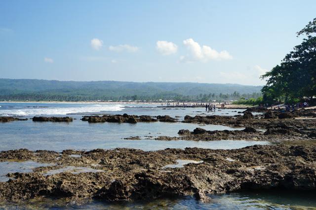 Ada pasir halus, ada juga karang seperti ini di Sawarna