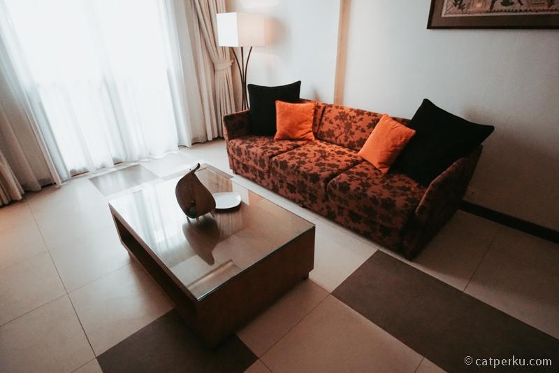 Ada sofa untuk bersantai di Kamar Suite Sun Island Hotel And Spa Legian