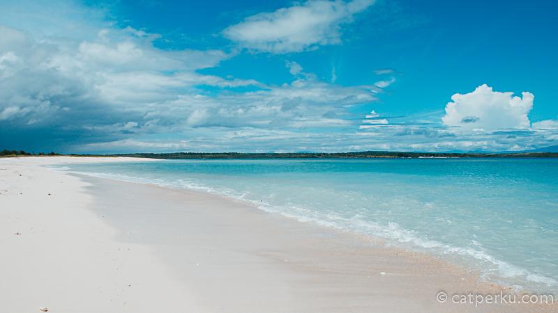 Apalagi cuaca di Pantai Cemara waktu itu sedang cerah - cerahnya. Langsung keluarin kamera kesayangan dong. Kira - kira kayak gini nih pemandangannya! Cake gak?