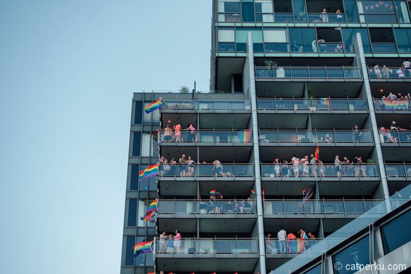 Bahkan ada yang melihatnya dari apartemen yang berada tak jauh dari berlangsungnya festival