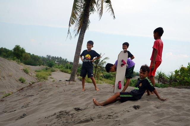 Biarpun anak kecil, beberapa dari mereka mahir bermain sandboarding.
