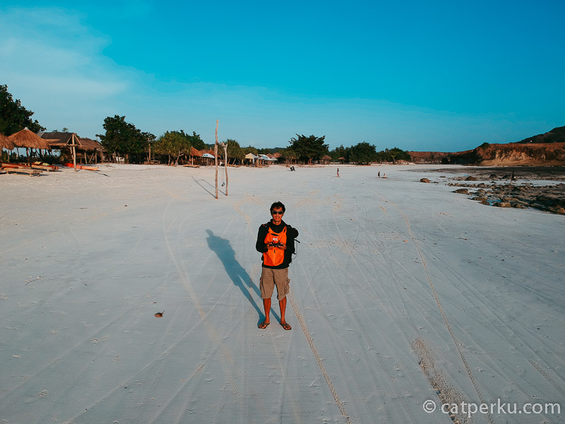 Ceritanya lagi menerbangkan drone di Pantai Tanjung Aan Beach nih!