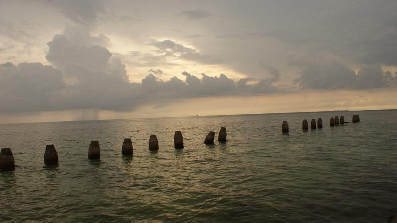 Sunset di suasana berawan, Pulau Samalona. Harusnya dalam kondisi cerah, bakalan bagus banget sunrise dan sunset disini.