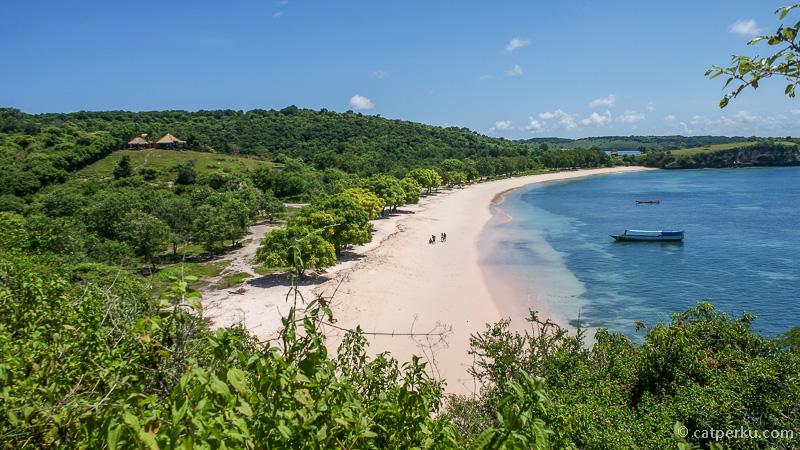 Dari salah satu bukit yang ada di ujung pantai bisa terlihat pemandangan cantik seluruh pantai!
