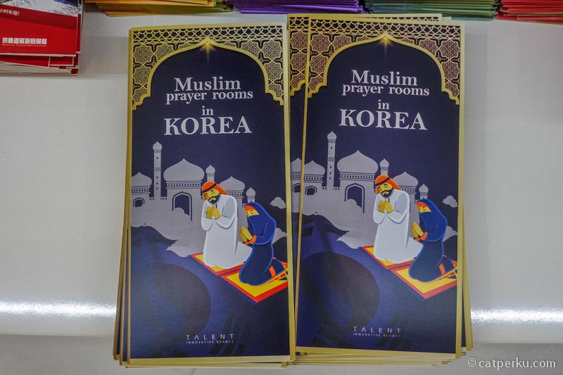 Di K-Hub Style Seoul ada banyak brosur informasi wisata Korea yang berguna seperti ini