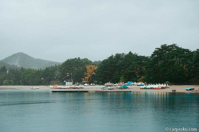 Kalau cuaca cerah, sepertinya ada banyak aktifitas yang bisa dilakukan di dekat Dermaga Shirahama.