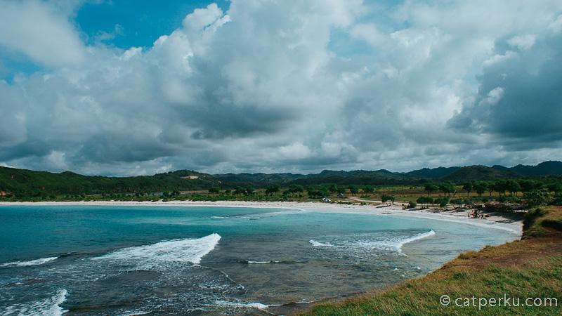 Kalau datangnya siang hari, pantai ini panasnya luar biasa!