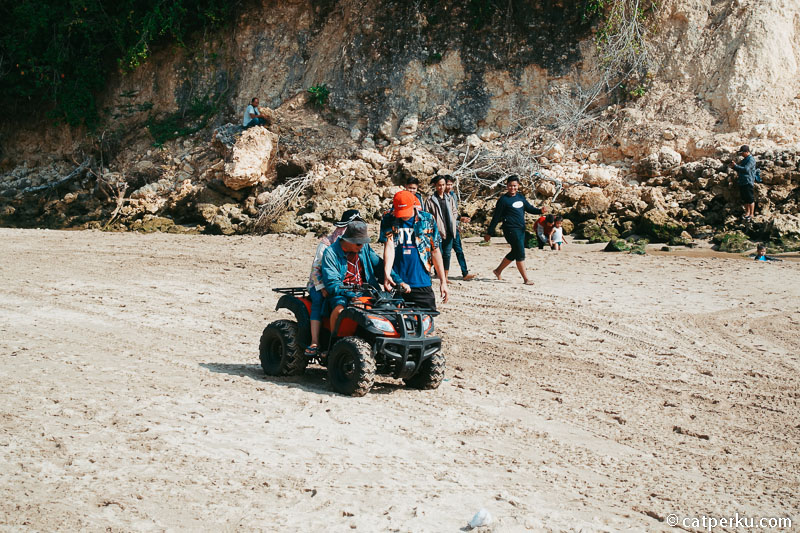 Kamu juga bisa naik ATV kalau males jalan kaki di sepanjang garis pantai.