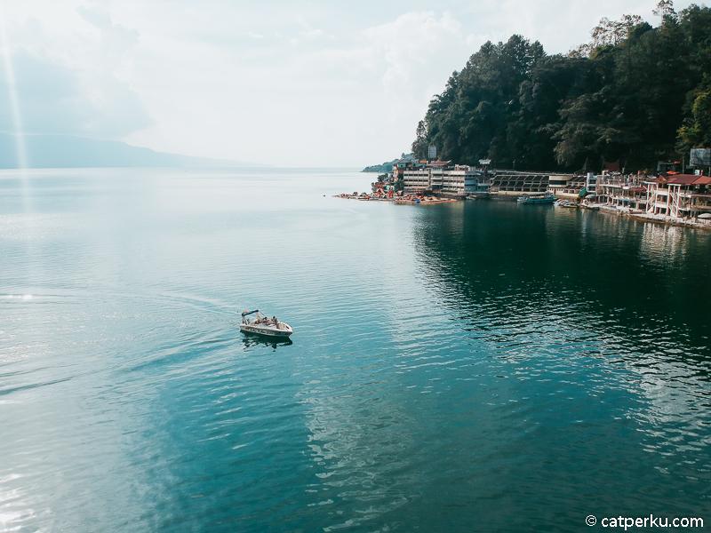 Kamu juga bisa naik perahu di Danau Toba seperti ini.