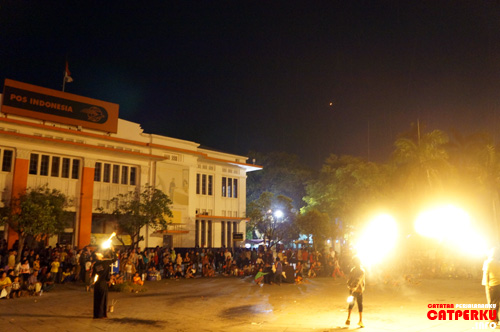 Pertunjukan seperti ini selalu ada di Kota Tua Jakarta. Siang juga ada lho, tetapi ternyata lebih keren kalau malam hari :D