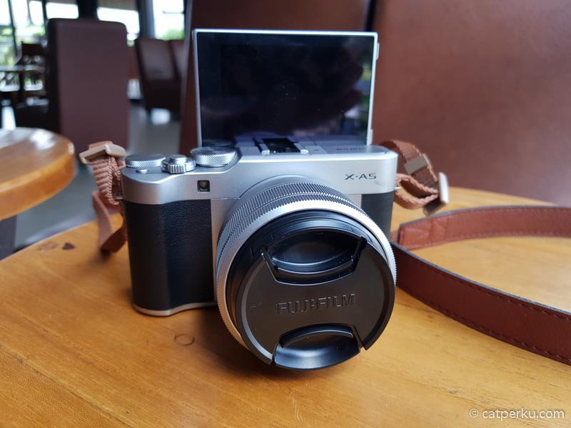 LCD yang bisa tilting 180 derajat ini fitur penting buat vlogger.