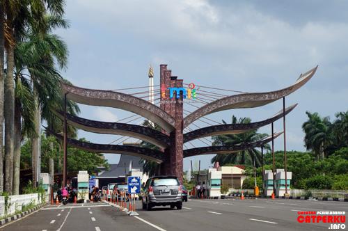 Kalau melihat pintu seperti ini, ingat! Ini bukan pintu masuk jalan tol, tetapi pintu masuk ke Taman Mini Indonesia Indah.