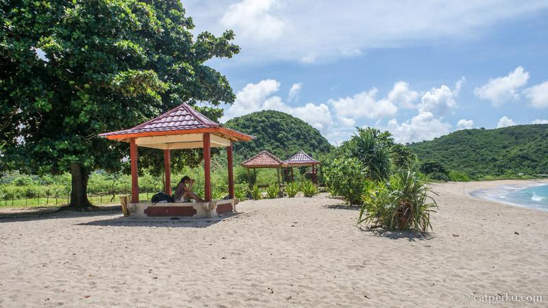 Mau leyeh - leyeh di gazebo pantai keren di lombok ini juga bisa lho.
