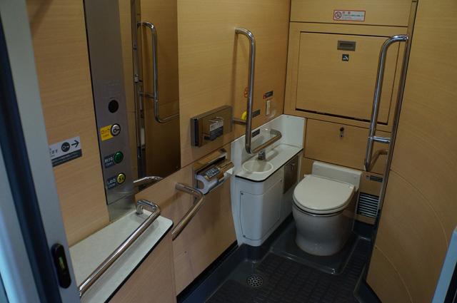 Kamar mandi di dalam kereta yang bersih dan luas :D Di indonesia enggak ada kereta penumpang yang kamar mandinya seperti ini :D