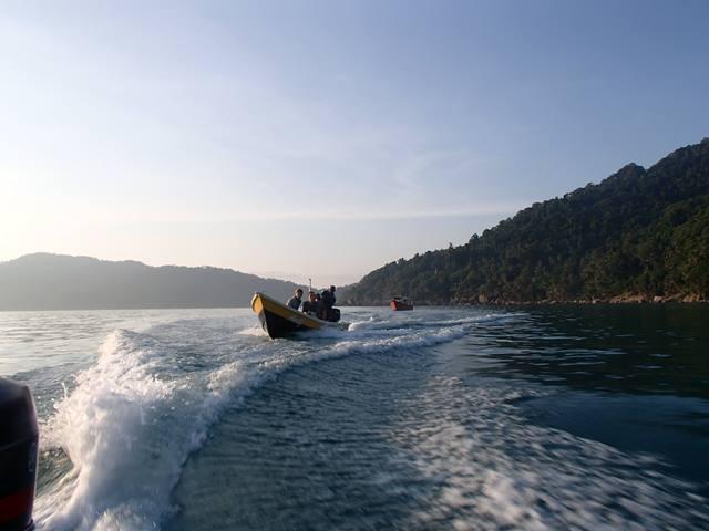 Naik perahu menuju pulau