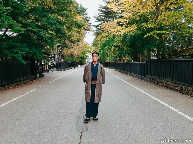 Paling asik sih sewa kimono lalu jalan kaki keliling Bukeyashiki Street atau Jalan Bukeyashiki di Kakunodate.